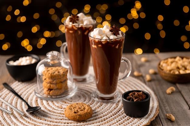 Gorąca czekolada z pianką marshmallow na drewnianym stole z miejscem na kopię