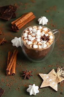 Gorąca czekolada z piankami i anyżem, kawałkami czekolady, bezą i przyprawami. tradycyjny napój zimowy.