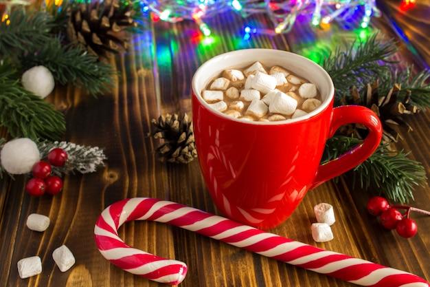 Gorąca czekolada z piankami i świąteczną kompozycją