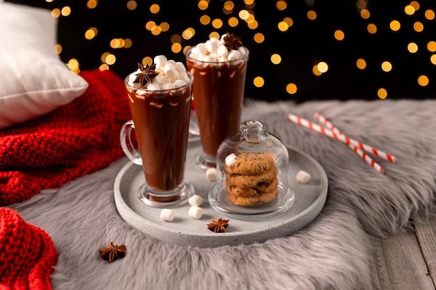 Gorąca czekolada z ptasie mleczko na drewnianym stole z miejsca na kopię. świąteczny przepis na zimowy gorący napój