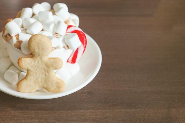 Gorąca czekolada z puszką słodyczy i chlebem imbirowym