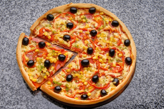 Gorąca domowa pizza pepperoni