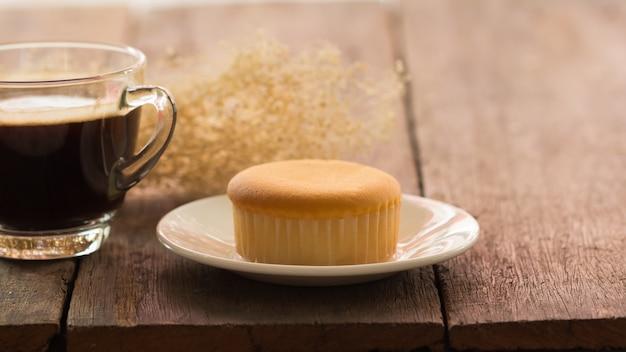 Gorąca filiżanka z masłem zasycha na stole na zima dniu, rocznika tonowanie