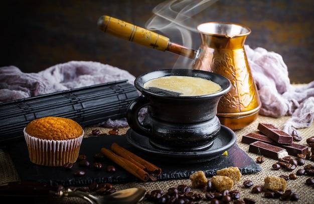 Gorąca herbata i aromatyczna kompozycja przypraw gorąca herbata na starym tle