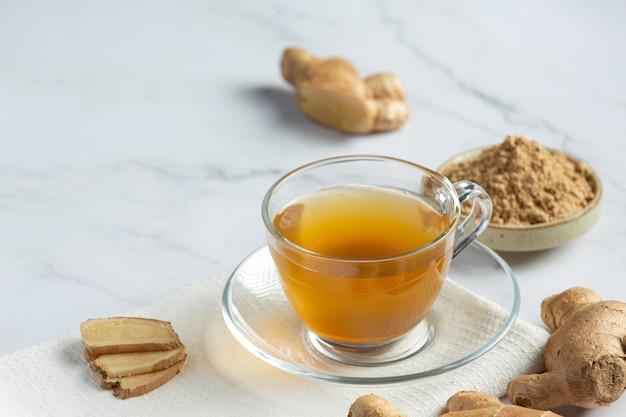 Gorąca herbata imbirowa na stole