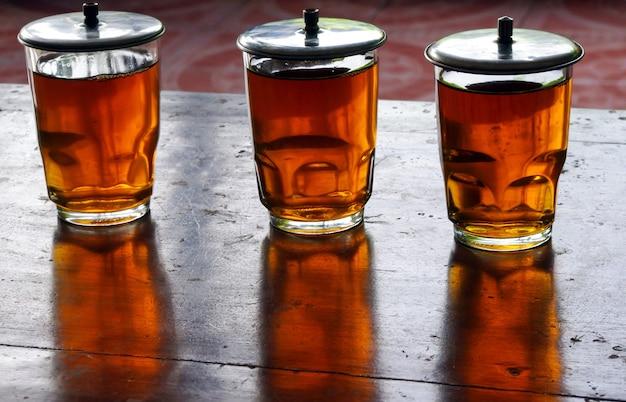 Gorąca herbata na starym szkle w indonezji