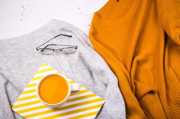 Gorąca herbata owocowa rokitnika z ciepłym swetrem z dzianiny. jesień