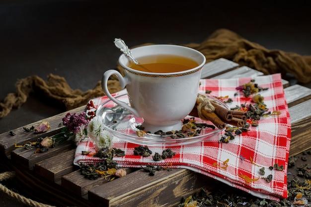 Gorąca herbata w filiżance na starym tle