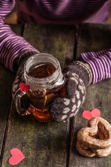 Gorąca herbata z ciasteczkami i sercem
