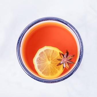 Gorąca herbata z cytryną i przyprawami
