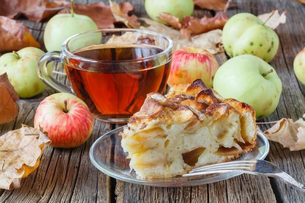 Gorąca herbata z jabłkiem w jesienny dzień