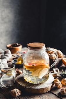 Gorąca herbata z kawałkami świeżego grejpfruta na drewnianym