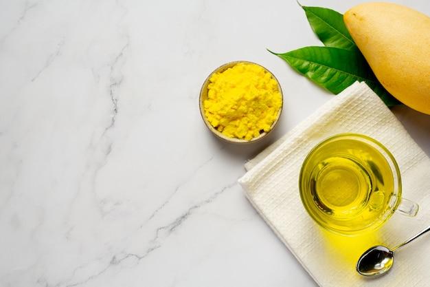 Gorąca herbata z mango na stole