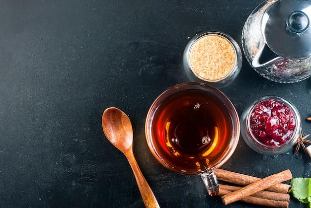 Gorąca herbata z miętą, cytryną, miętą i dżemem malinowym