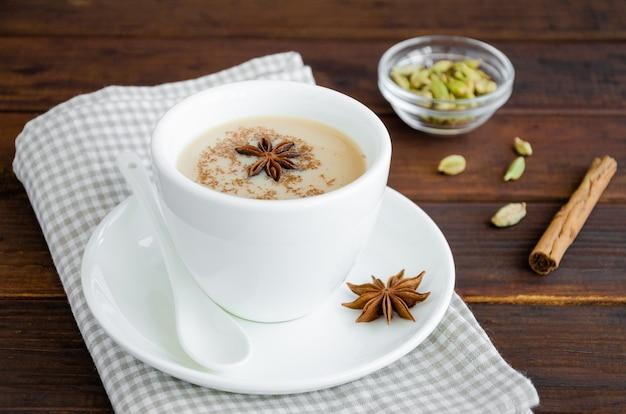 Gorąca herbata z mlekiem, cynamonem, kardamonem, anyżem i innymi przyprawami