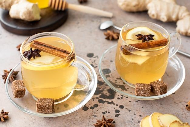 Gorąca herbata ziołowa z cytryną i przyprawami