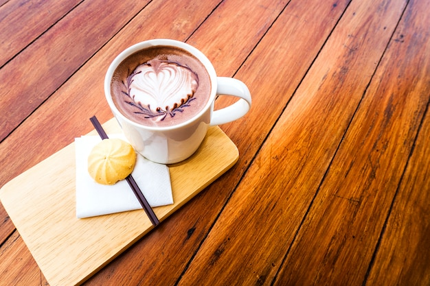 Gorąca kawa i ciasteczka do jedzenia. do jedzenia rano.