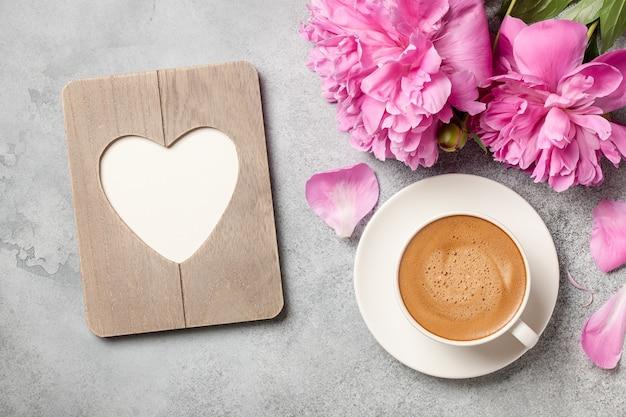 Gorąca kawa, kwiaty piwonii i ramka w kształcie serca!