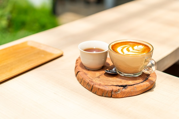 Gorąca kawa latte i filiżanka herbaty
