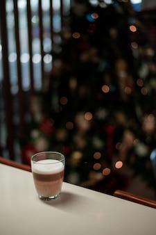 Gorąca kawa latte na ścianie wyświetlania świąt bożego narodzenia
