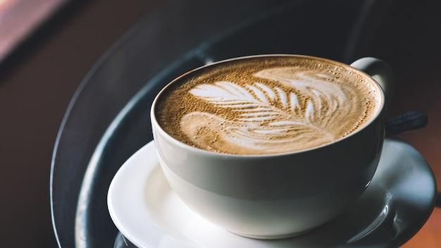 Gorąca kawa latte w biały kubek