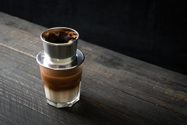 Gorąca kawa mleczna kapiąca w stylu wietnamskim - kawa sajgońska lub wietnamska