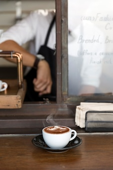 Gorąca kawa mocha na stole