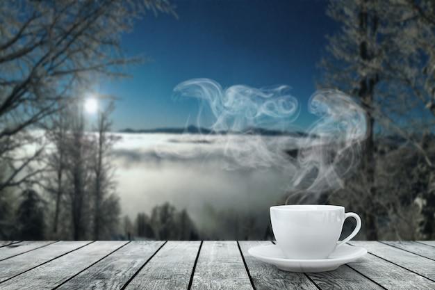 Gorąca kawa na stole na nocnym tle