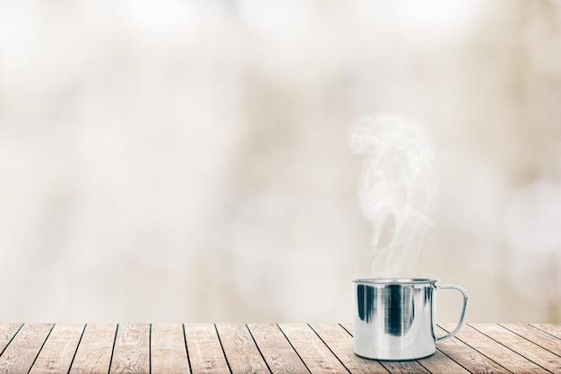 Gorąca kawa na stole na tle zimy