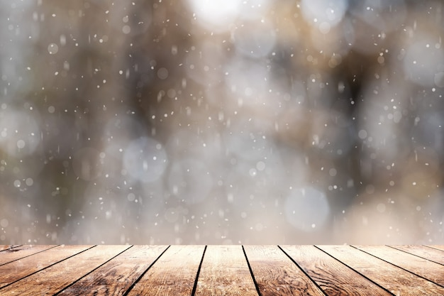 Gorąca kawa na stole na zimowym tle