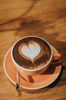 Gorąca kawa w filiżance na stół z drewna nieostrość, stonowanych efekt retro.