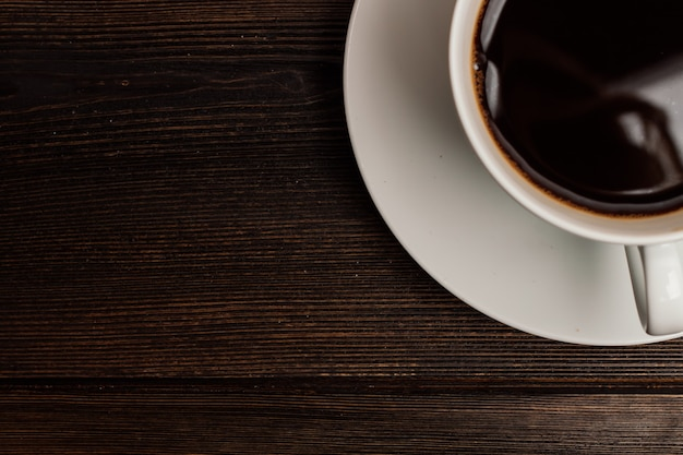Gorąca kawa w pudełku drewniany stół reszta śniadanie. wysokiej jakości zdjęcie