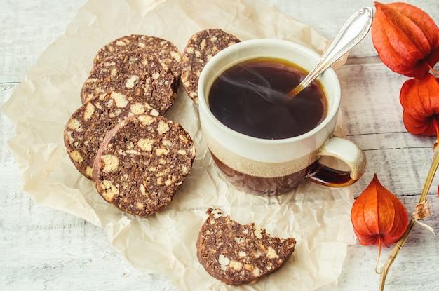 Gorąca kawa z frytkami. selektywna ostrość.