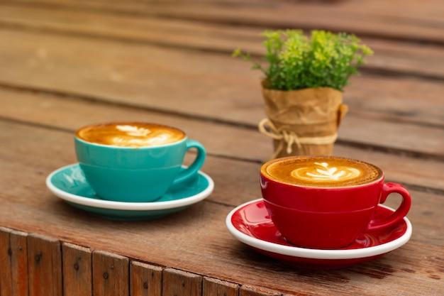 Gorąca kawa ze sztuką latte. ulubiony napój kofeinowy. napój orzeźwiający rano.