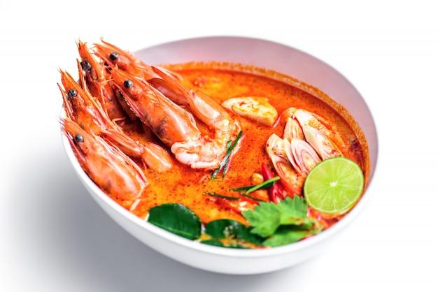 Gorąca ostra zupa krewetkowa w mleku kokosowym lub tom yum goong na białym tle, tajskie jedzenie