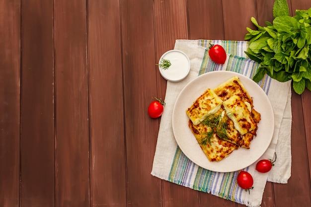 Gorąca przystawka - chleb pita z serem i ziołami. zdrowe jedzenie wegetariańskie