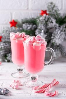 Gorąca rubinowa czekolada lub różowe kakao