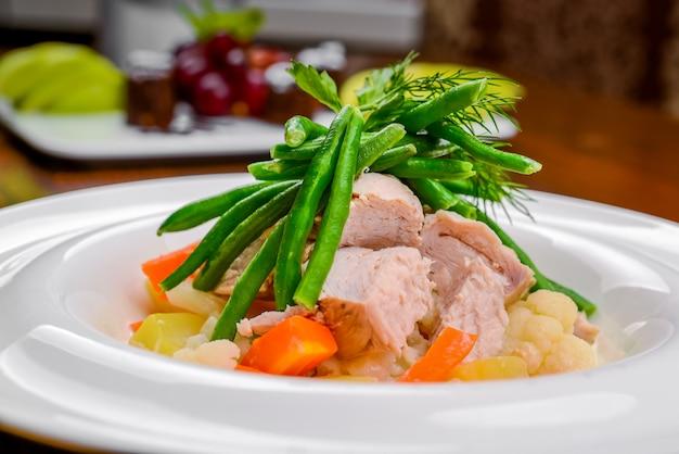 Gorąca sałatka z mięsem, warzywami i fasolą