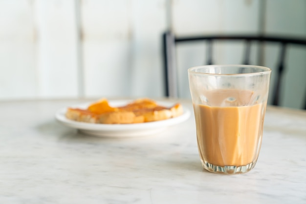 Gorąca tajska szklanka herbaty mlecznej na stole