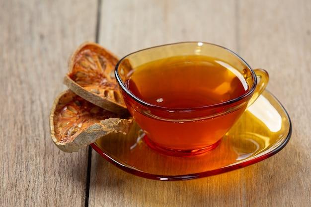 Gorąca, wytrawna herbata owocowa bael w tajskiej filiżance ziołowej