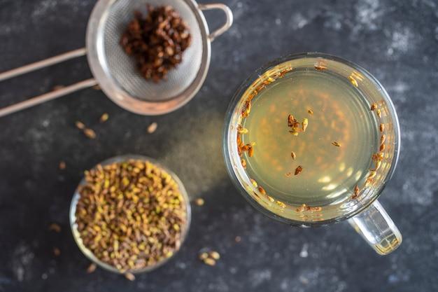 Gorąca zdrowa herbata ze świeżymi pąkami brzozy na wiosnę, zbliżenie, widok z góry. stosowany w ziołolecznictwie jako wywar na różne choroby