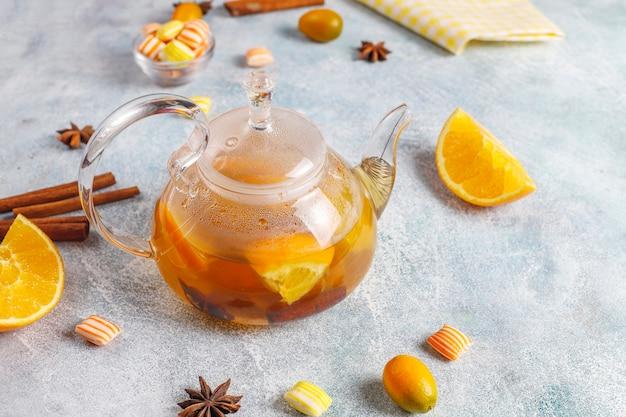 Gorąca, zdrowa i rozgrzewająca herbata zimowa z pomarańczą, miodem i cynamonem.