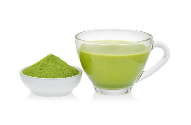 Gorąca zielona herbata matcha latte ze sproszkowaną zieloną herbatą na białym tle