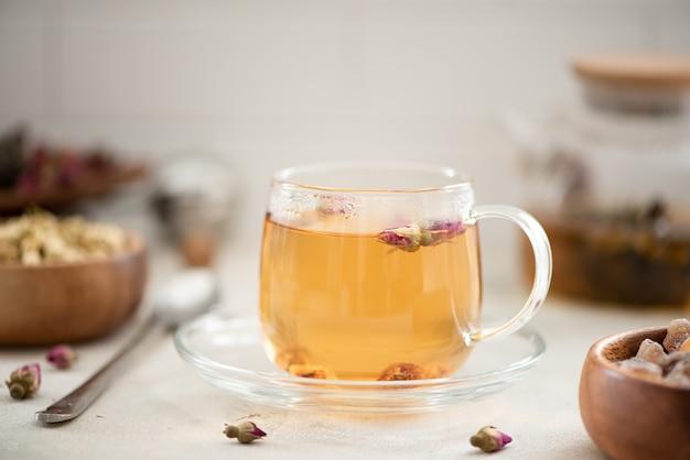 Gorąca zielona herbata z różami w szklanej filiżance