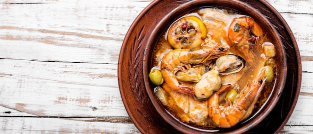 Gorąca zupa z owoców morza z rybą