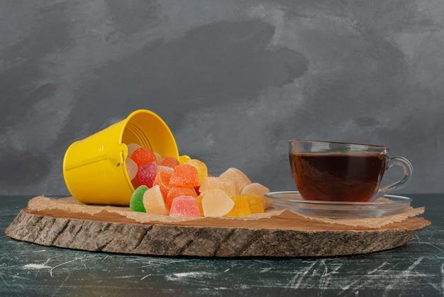 Gorące, aromatyczne żelki herbaciane na desce.