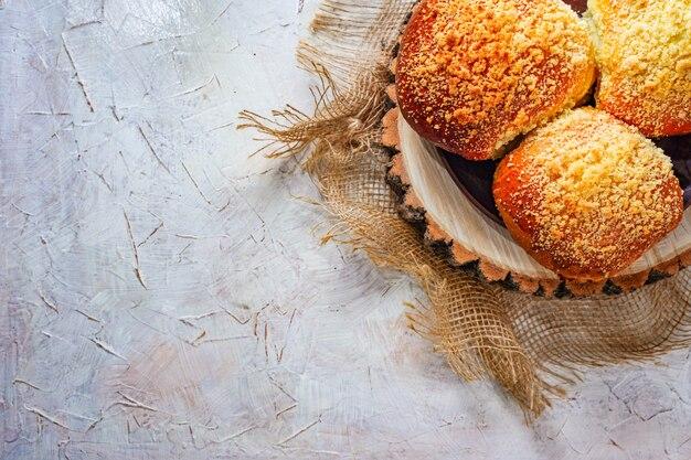 Gorące bułki pieczone na drewnianej płycie. domowa bułka do hamburgerów ekologiczne rustykalne tradycyjne śniadanie. słodkie wypieki z cukrem. puste miejsce na tekst, kopia przestrzeń. zdjęcie wysokiej jakości