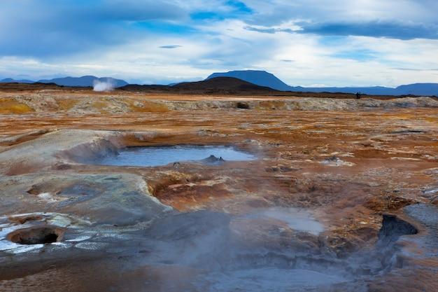 Gorące doniczki z błota w obszarze geotermalnym na islandii