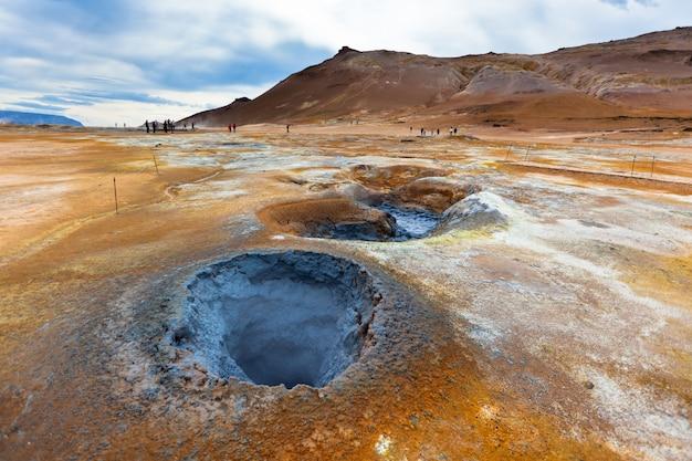 Gorące garnki błotne w obszarze geotermalnym hverir, islandia
