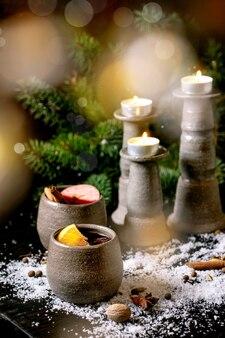 Gorące grzane wino z przyprawami i ozdobami świątecznymi